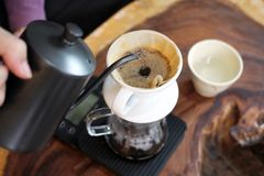 倾吐在咖啡渣的Barista热水做滴水煮咖啡 免版税库存图片
