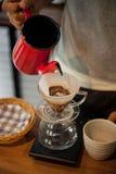 倾吐在咖啡滴水酿造 免版税库存照片