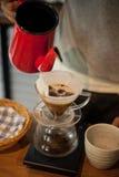 倾吐在咖啡滴水酿造 免版税图库摄影