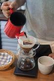 倾吐在咖啡滴水酿造 库存图片