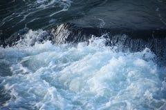 倾吐在大岩石的波浪 免版税图库摄影