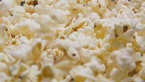倾吐在慢动作的玉米花 股票视频