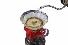倾吐在白色背景或手工滴水咖啡隔绝的咖啡或手滴水 免版税图库摄影
