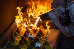 倾吐在自动铸件线的Perator熔融金属在foundr 免版税库存照片