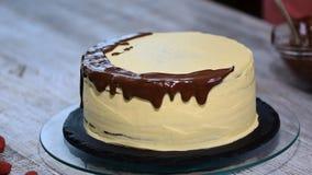 倾吐在赤裸蛋糕的液体巧克力 股票录像