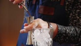 倾吐在量杯的侍酒者手鸡尾酒成份准备饮料 股票录像