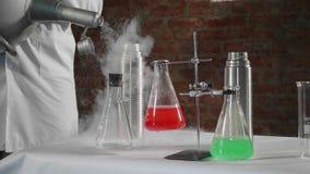 倾吐在钢热水瓶的科学家液氮在实验室 股票视频