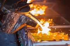 倾吐在铸件线生产的金属 免版税库存照片