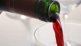 倾吐对玻璃的红葡萄酒 免版税库存图片