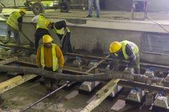 倾吐混凝土的地下地铁隧道工作者 免版税图库摄影