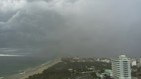 倾吐的亚洲雨在市岘港 影视素材
