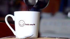 倾吐的咖啡到站立在桌上的杯子里 股票录像