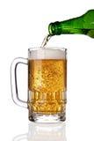 倾吐的啤酒杯 免版税库存图片
