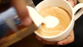 倾吐的小河挤奶入一个杯子浓咖啡,慢动作 特写镜头 储蓄英尺长度 股票视频