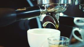 倾吐的小河挤奶入一个杯子浓咖啡,慢动作 特写镜头 储蓄英尺长度 影视素材