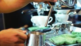 倾吐的小河挤奶入一个杯子浓咖啡,慢动作 特写镜头 储蓄英尺长度 股票录像