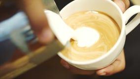 倾吐的小河挤奶入一个杯子浓咖啡 特写镜头 储蓄英尺长度 股票视频