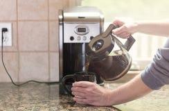 倾吐的早晨咖啡与明亮的早晨从窗口点燃 免版税库存图片