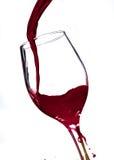 倾吐的杯红葡萄酒 库存图片