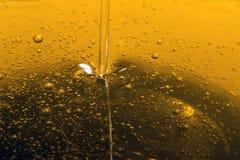 倾吐的橄榄油液体 库存照片