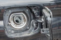倾吐的气体的孔到汽车里 免版税库存照片