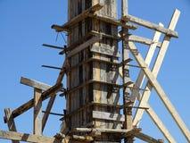 倾吐的混凝土的框架在柱子 免版税库存照片