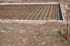 倾吐的混凝土的被加强的基础在一个房子的建筑地皮的 免版税库存照片