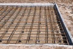 倾吐的混凝土的被加强的基础在一个房子的建筑地皮的 库存照片