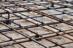 倾吐的混凝土的被加强的基础在一个房子的建筑地皮的 库存图片