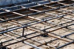 倾吐的混凝土的被加强的基础在一个房子的建筑地皮的 免版税库存图片
