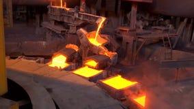 倾吐的溶解的铜到模子里在铸造厂 股票视频