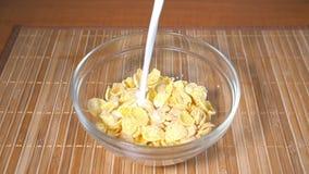 倾吐的牛奶到玉米片里,慢动作 影视素材