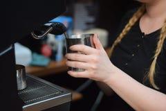 倾吐的牛奶咖啡barista热奶咖啡投手拿铁女孩工作 免版税库存照片