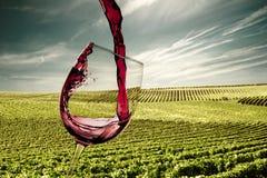 倾吐的红葡萄酒玻璃 免版税图库摄影