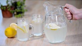 倾吐的自创柠檬水苏打喝对玻璃用柠檬 股票视频
