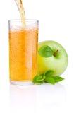 倾吐的苹果汁到玻璃里 图库摄影