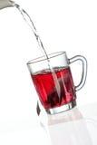 倾吐的茶到透明茶杯里 图库摄影