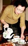 倾吐的茶妇女 免版税库存照片