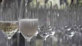 倾吐的香槟到玻璃里 股票录像
