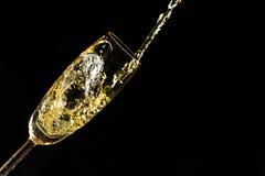 倾吐的香槟 免版税库存照片