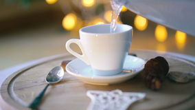 倾吐的水到一杯咖啡在4K的里 股票录像