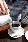 倾吐的黑过滤器咖啡 免版税库存图片