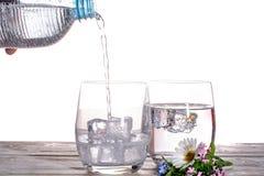 倾吐闪耀的苏打矿物饮料在与集成电路的玻璃浇灌 免版税图库摄影