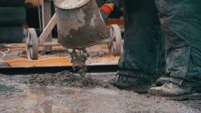 倾吐,放置混凝土在建造场所使用桶水泥 慢的行动 股票录像