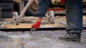 倾吐,放置混凝土在建造场所使用桶水泥 慢的行动 影视素材