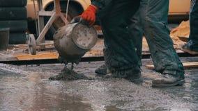 倾吐,放置混凝土在建造场所使用桶水泥 慢的行动 股票视频