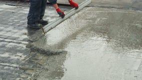 倾吐,放置混凝土在建造场所使用桶水泥 股票录像