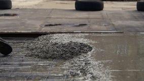 倾吐,放置混凝土在建造场所使用桶水泥 股票视频