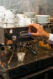 倾吐从咖啡机器的浓咖啡 图库摄影