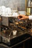 倾吐从咖啡机器的浓咖啡 库存照片